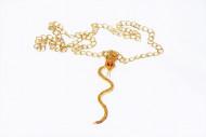Colar dourado com serpente