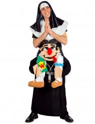 Disfarce freira em cima dos ombros de um padre adulto