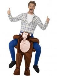 Disfarce homem às costa de um macaco adulto