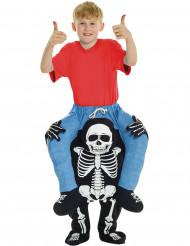 Disfarce criança as costas de um esqueleto Halloween