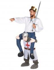 Disfarce homem ás costas de um cavaleiro adulto