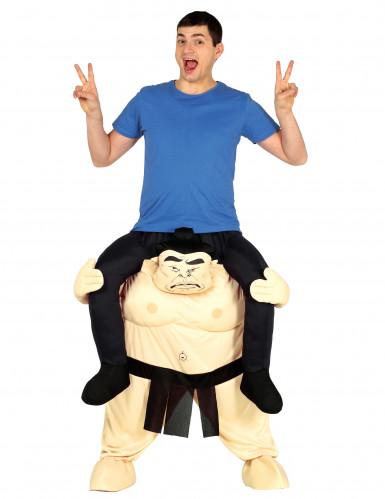 Disfarce homem às costas de um sumo adulto