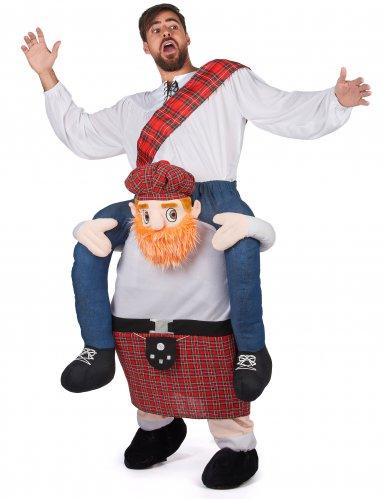 Disfarce homem ás costas de um escocês adulto