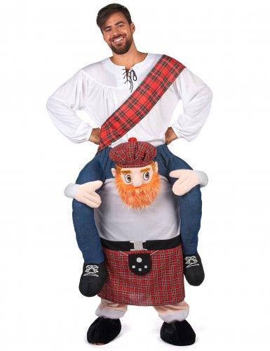 Disfarce homem ás costas de um escocês adulto-1