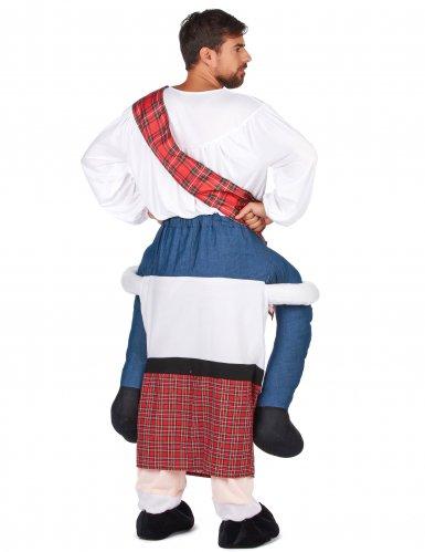 Disfarce homem ás costas de um escocês adulto-2