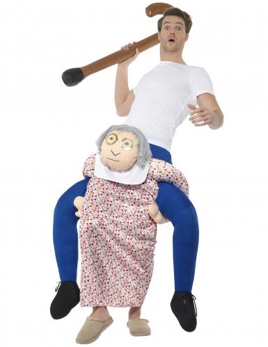 Disfarce homem às costas de uma avó adulto